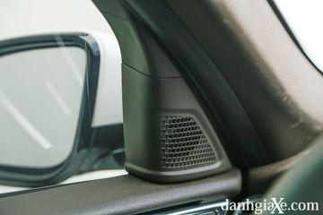 Hệ thống âm thanh trên xe là loại 8 loa ở bản tiêu chuẩn và 13 loa ở bản cao cấp