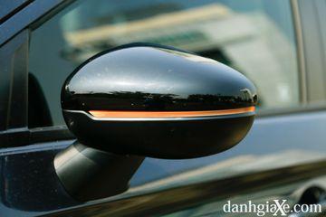 Gương chiếu hậu được kéo lùi trên cửa xe cho tầm quan sát tốt hơn