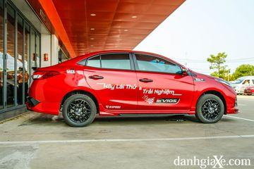 Thân xe Toyota Vios GR-S vẫn giữ các đường gân dập nổi, nhưng thể thao hơn với các chi tiết sơn đen