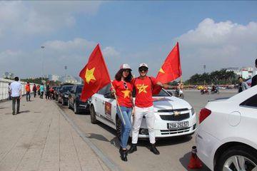 12h30: Đoàn xe gồm hơn 30 chiếc Chevrolet Cruze của câu lạp bộ Cruze Club tập trung trước Sân vận động quốc gia Mỹ Đình