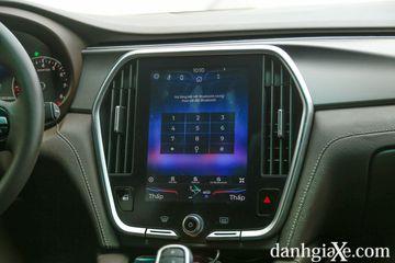 Màn hình cảm ứng trung tâm kích thước lớn 10.4 inch điều khiển hầu hết các chức năng trong xe.