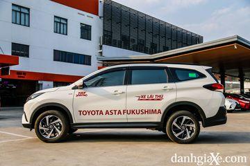 Thân xe Toyota Rush 2021 nối tiếp chất cơ bắp với các hốc bánh được thiết kế kiểu thân rộng.