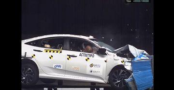 Honda Civic 2017 thực hiện bài thử nghiệm an toàn