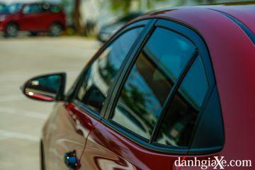 Viền cửa sổ sơn đen tạo cho thân xe Toyota Vios GR-S sự liền lạc