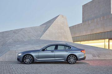 Giá xe BMW 5-Series 2017 từ 52,195 USD với 2 phiên bản lựa chọn 3