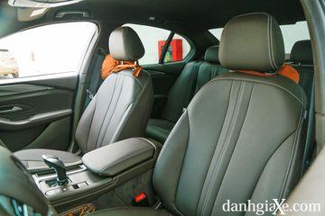 Hàng ghế trước của VinFast LUX A2.0 được bọc da cao cấp với thiết kế khá ôm sát lưng