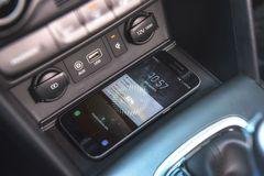 Sạc điện thoại không dây chuẩn Qi của Hyundai Kona 2021