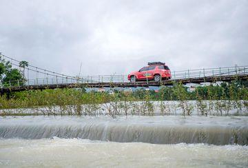 Khó khăn đầu tiên của hành trình là vượt qua một chiếc cầu treo với dòng nước chảy xiết bên dưới