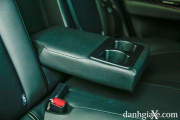 Tựa tay trung tâm cho hàng ghế sau Toyota Vios GR-S có tích hợp giá để cốc