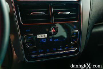 Hệ thống điều hòa tự động trên Toyota Vios GR-S, tuy nhiên đèn nền màu xanh khá lạc tông với các điểm nhấn màu đỏ