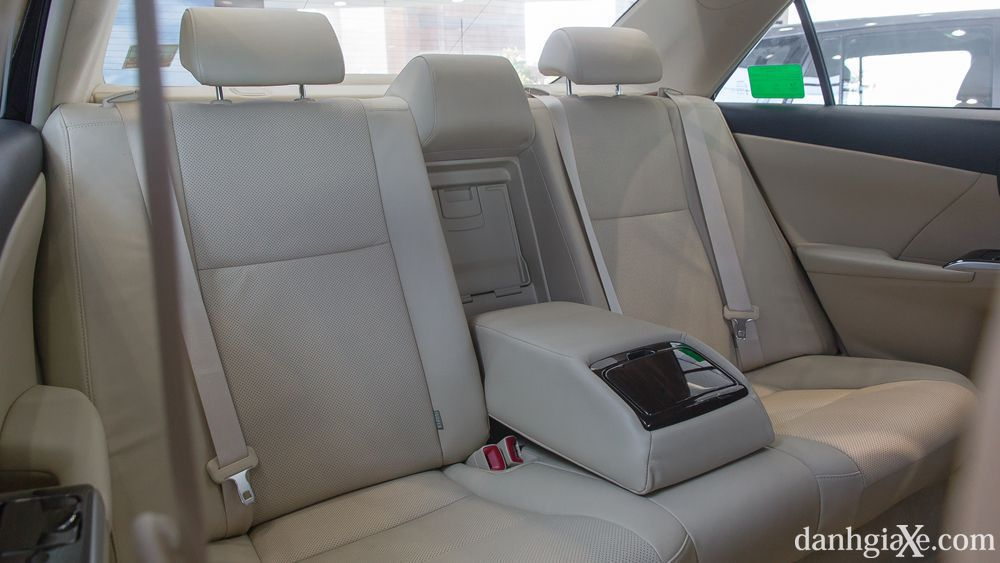 Không gian hành khách trên Toyota Camry 2.0E