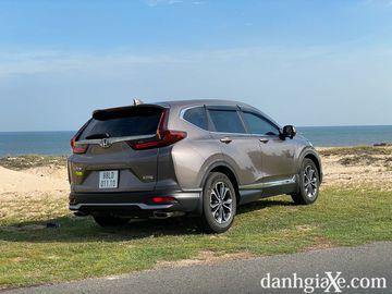 Ống xả kép bọc kim loại sáng màu mang lại cảm giác thể thao hơn cho thiết kế đuôi xe trên Honda CR-V 2021